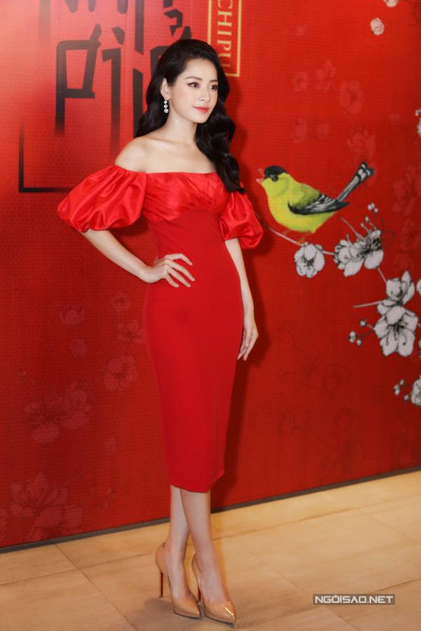 Chi Pu gợi cảmvới váy đỏ trễ vai, tôn hình thể mảnh mai trong sự kiện tại TP HCM.