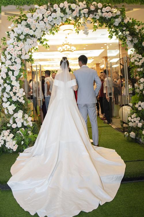 Cô dâu của Hùng Dũng chọn váy cưới tối giản cho ngày trọng đại - 1