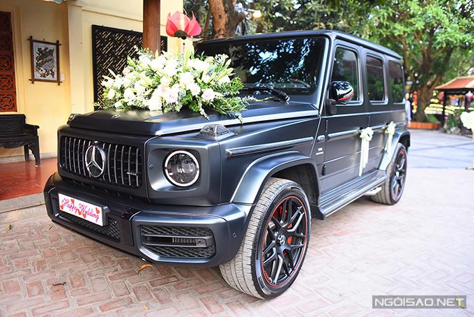 Xe hoa cũngđược trang trí với hoa loa kèn, gợi nhắc về thời gian đám cưới của uyên ương.