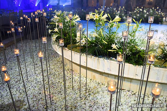 Ngoài loa kèn, nến cũng được sử dụng để khiến không gian trở nên lãng mạn hơn.