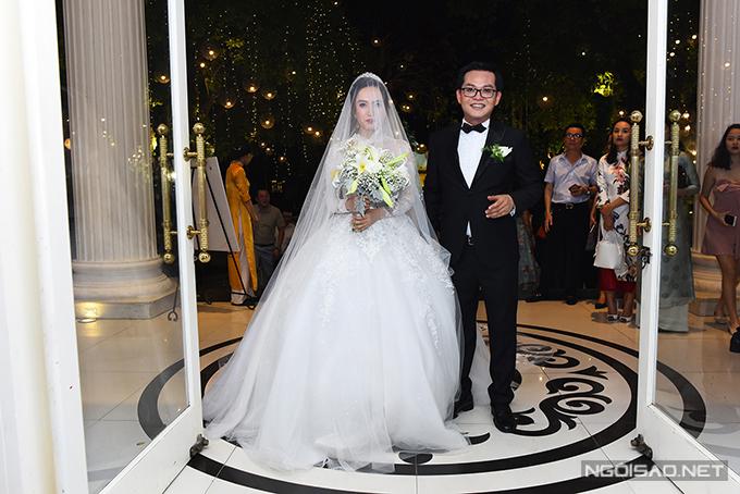 Hoa cầm tay cô dâu cũng được kết từ loa kèn.