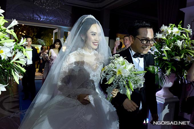 Trong dịp hỷ sự, người đẹp chọn diện váy cưới đến từ NTK Lek Chi.