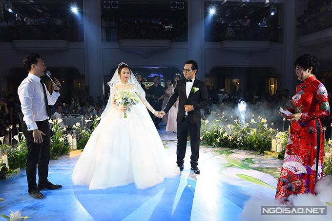 Hai người bạn thân thiết của chú rề là Thảo Vân, Thành Trung đóng vai trò MC tại tiệc cưới.