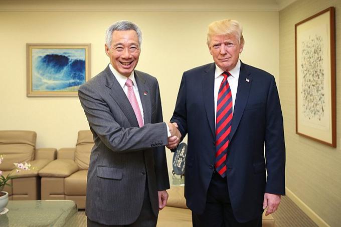 Tổng thống Mỹ Donald Trump (phải)và Thủ tướng Singapore Lý Hiển Long (Lee Hsien Loong) nằm trong số những nhà lãnh đạo được trả lương cao nhất thế giới. Trong ảnh, ông Trump gặp ông Lý trong chuyến viếng thăm Singapore vào ngày 11 tháng 6 năm 2018.