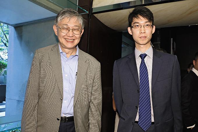 Ông Wing-Ching Shih (phải) và con trai Alex Shih. Ảnh: Straitstimes.