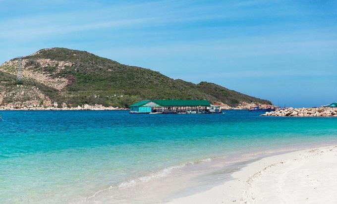 Với hải sản phong phú, bãi tắm cát trắng hoang sơ, nước biển xanh mát, Bình Ba trở thành điểm du lịch trong nước mỗi dịp lễ hoặc khi thời tiết nắng nóng gay gắt.