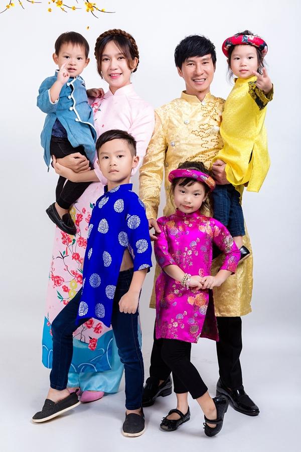 Gia đình Lý Hải - Minh Hà và bốn con trong bộ ảnh Tết 2019.