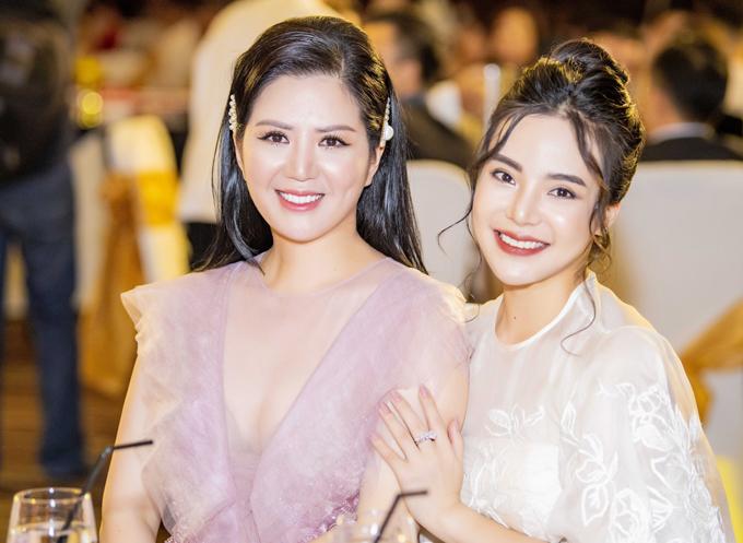 Người đẹp ngồi cùng bàn với Hoa hậu Doanh nhân Đại sứ Hoàn vũ 2018 Stella Chang.