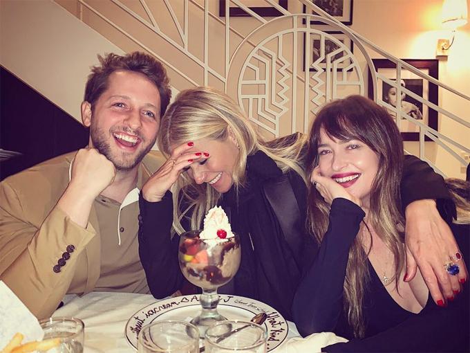 Gwyneth và Dakota chụp ảnh cùng chủ nhân bữa tiệc.