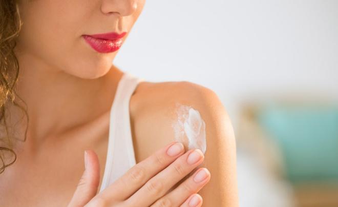 Thoa kem chống nắng hàng ngày để hạn chế làn da bị tổn thương do tia cực tím, tia bức xạ. Ảnh: skinmagazine