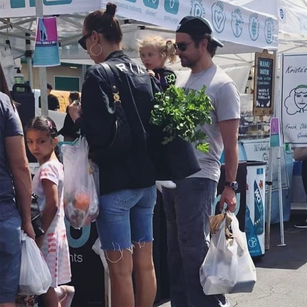 Bradley Cooper hộ tống Irina Shayk đi chợ ở Los Angeles. Cặp sao mặc đơn giản và đeo kính râm để tránh gây sự chú ý. Irina mua khá nhiều đồ và để cả cần tây vào chiếc túi xách to.