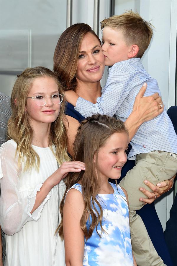 Jennifer bên 3 con.