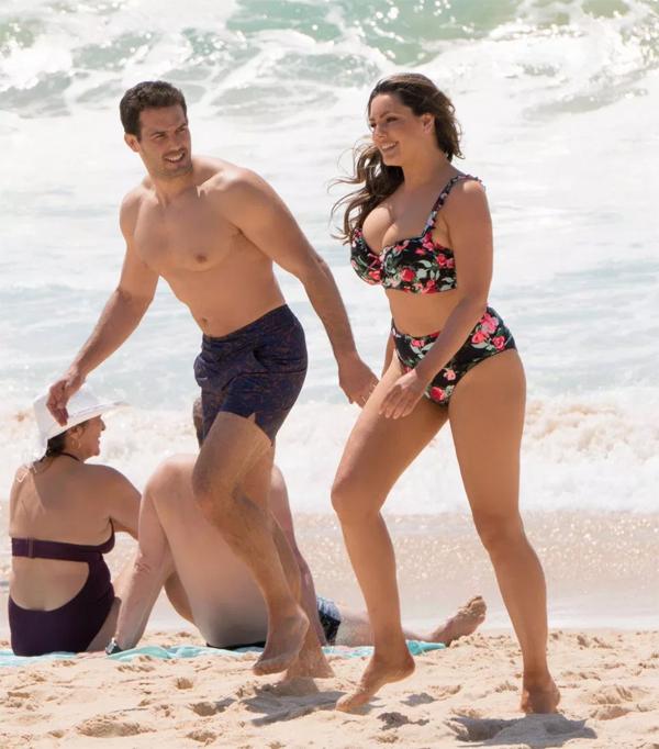 Kelly Brook và chàng người tình Jeremy Parisi đón hè tại biển Tây Ban Nha. Mỹ nhân 39 tuổi diện bikini hoa, khoe đường cong nóng bỏng.