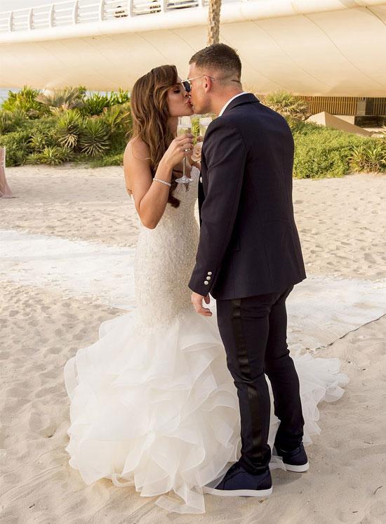 Cựu hoa hậu Anh và chồng mới cưới liên tục khóa môi trong đám cưới ngọt ngào