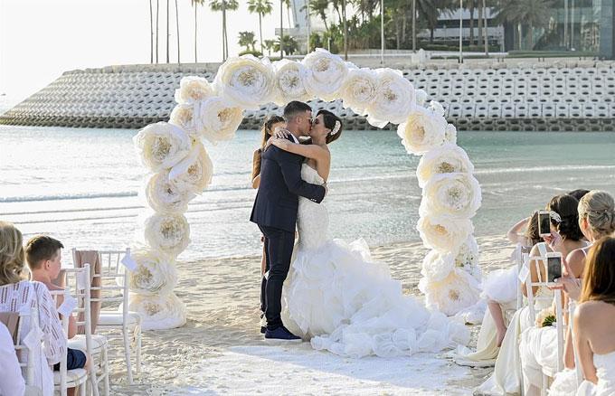 Cả hai ôm nhau và trao nụ hôn đắm đuối