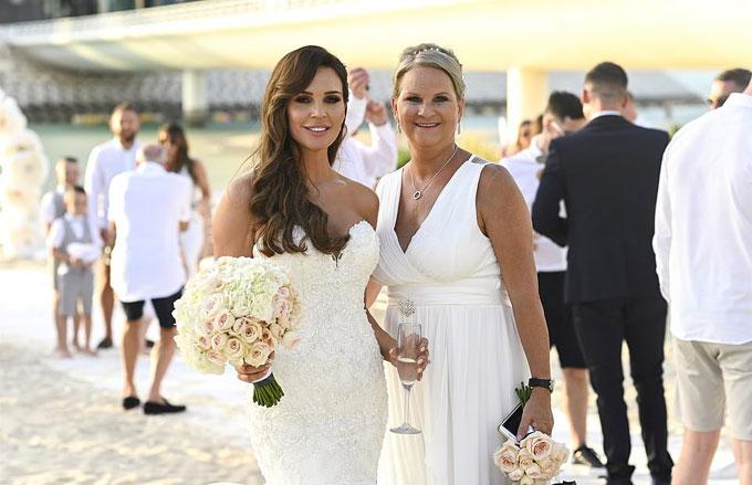 Cựu hoa hậu Anh chụp ảnh với mẹ, bà Jackie.