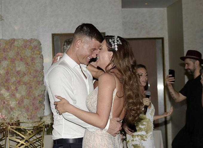 Trong bữa tiệc chiêu đãi vào buổi tối cùng ngày, người đẹp 4 con thay bộ váy khác, tình tứ nhảy bên chồng.