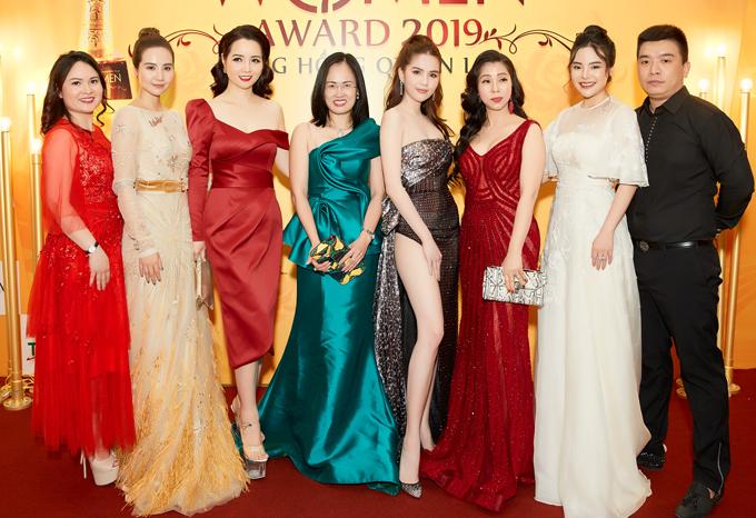 Lễ trao giải Bông hồng quyền lực còn có nhiều nghệ sĩ, doanh nhân như diễn viên Huyền Lizzie (thứ hai từ trái qua), Mai Thu Huyền (váy đỏ trễ vai)... tham dự.