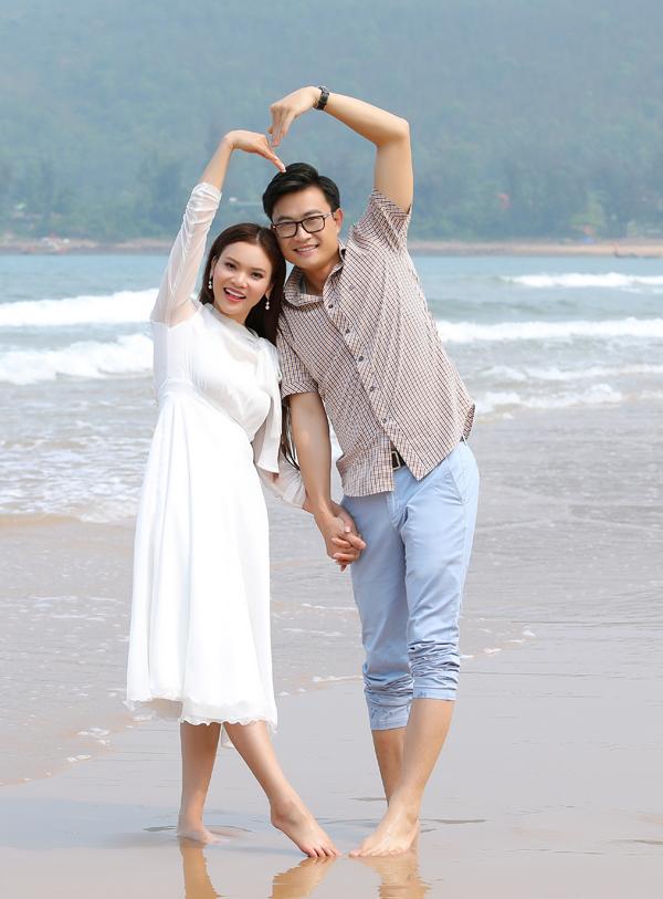 Hai nghệ sĩ làm việc liên tục ở bối cảnh bãi biển dưới trời nắng để có những thước phim hẹn hò tình tứ.