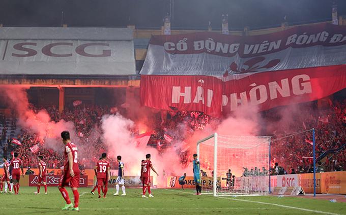 CĐV Hải Phòng xả pháo sáng xuống sân sau khi thủ môn Văn Toản đẩy được penalty ở cuối hiệp một. Ảnh: Đương Phạm.