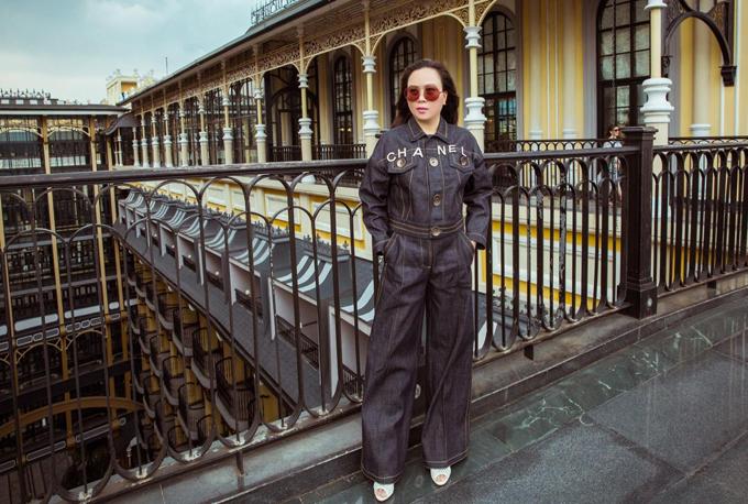 Phượng Chanel tiết lộ giá thuê phòng tại khách sạn cô ở trên Sapa là 9 triệu đồng/đêm. Toàn bộ chi phí chuyến đi của mẹ con Phượng Chanel do ông bầu Vũ Khắc Tiệp chi trả.