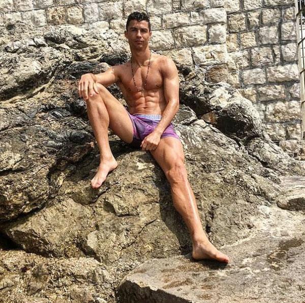 Ronaldo khoe cơ bụng 6 múi