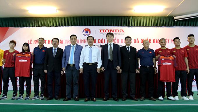 Đại diện VFF cùngnhà tài trợ, tuyển nam và tuyển nữ Việt Nam chụp ảnh trong lễ ký kết.