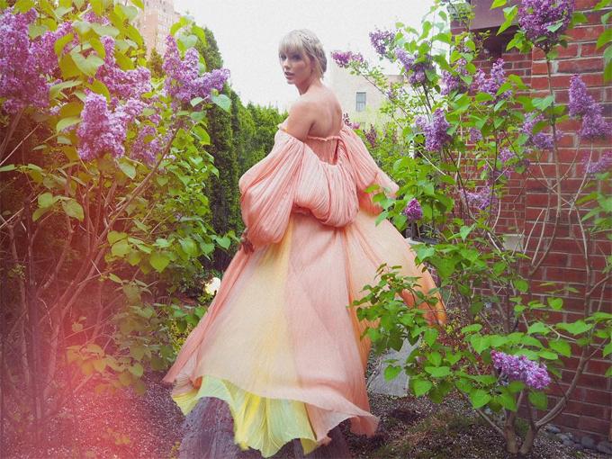 Nữ ca sĩ như công chúa lạc giữa rừng hoa trong khoảnh khắc chia sẻ trên Instagram của cô.