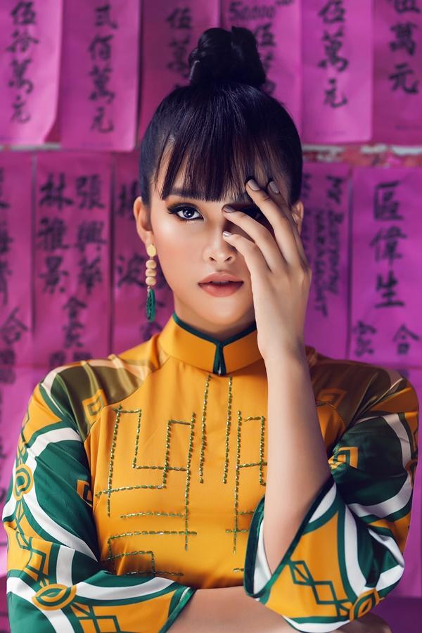 Nhà thiết kế Trần Thiện Khánh chọn Tiểu Vy làm mẫu cho bộ sưu tập áo dài mới,lấy ý tưởng từ bài Chòi (bài Tới) của miền Trung.