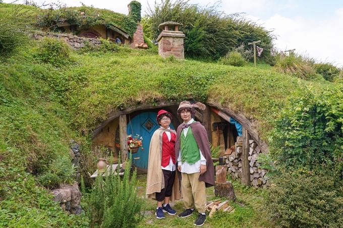 Địa điểm cuối cùng trên hành trình khám phá xứ kiwi của Hoàng Bách là trường quay Hobbiton. Đây là phim trường xuất hiện trong hai series phim điện ảnh thuộc thể loại phiêu lưu thần thoại Chúa tể những chiếc nhẫn và Người Hobbit.Là