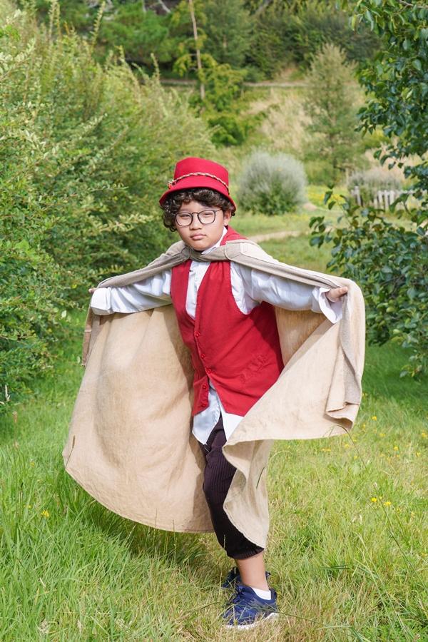Trong trang phục của người lùn Hobbit, Tê Giác đã khám phá đến 40 ngôi nhà nhỏ xinh giấu trong những đồi cỏ.