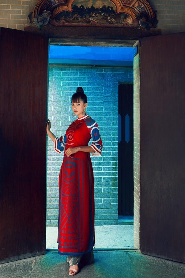 Những bộ áo dài được thiết kế theo form rộng, mang hơi hướng cung đình Huế. Phần tay áo loe cũng ngắn hơn so với chiếc áo dài truyền thống.