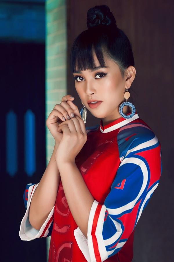 Dần thoát khỏi hình ảnh nhẹ nhàng quen thuộc, Hoa hậu Việt Nam 2018 thể hiện thần thái sắc lạnh nhờ lối make up đậm, nhấn nhá vào đôi mắ