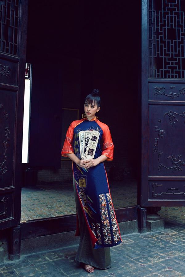 Người đẹp khéo léo kết hợp hoa tai to bản tone sur tone với bộ trang phục, làm tăng vẻ hài hòa cho tổng thể.