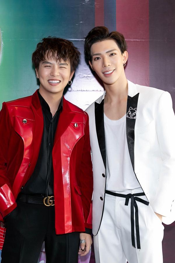 Duy Khánh (trái) đảm nhận vai bạn gái của Erik và phát huy sở trưởng giả gái duyên dáng trong MV.