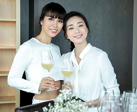 Siêu mẫu Hà Anh nâng ly mừng sản phẩm mới của Ngô Thanh Vân.