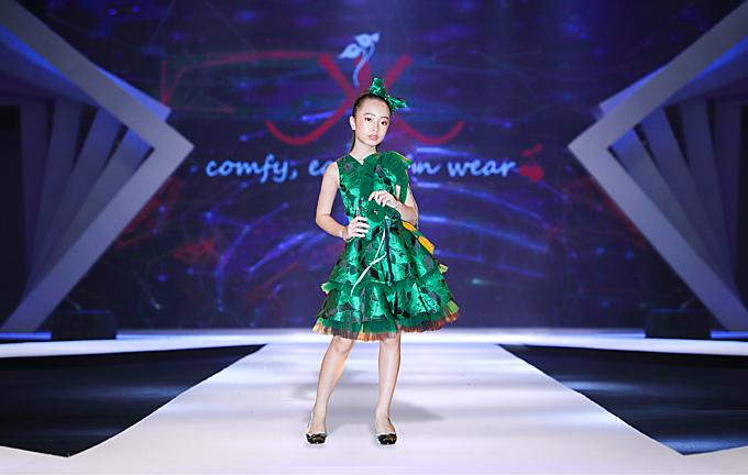 Vải nhũ bóng với những gam màu tươi sáng được chọn lựa để xây dựng các mẫu váy xòe dành cho bé gái khi tham gia tiệc tùng.