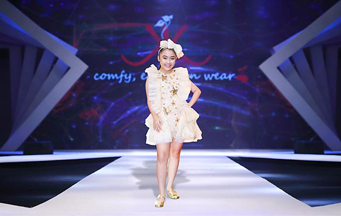 Song song với việc sử dụng chất liệu hợp mốt, nhà thiết kế còn chăm chút về kiểu dáng để mang tới nhiều mẫu váy bèo nhún, đầm xòe xinh xắn.
