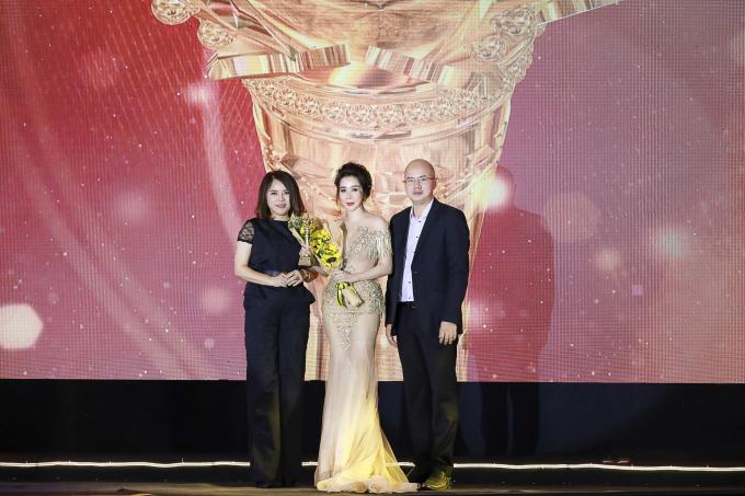 Nhà sáng lập thương hiệu mỹ phẩm Mẹ Ken nhận giải Bông hồng Quyền lực 2019