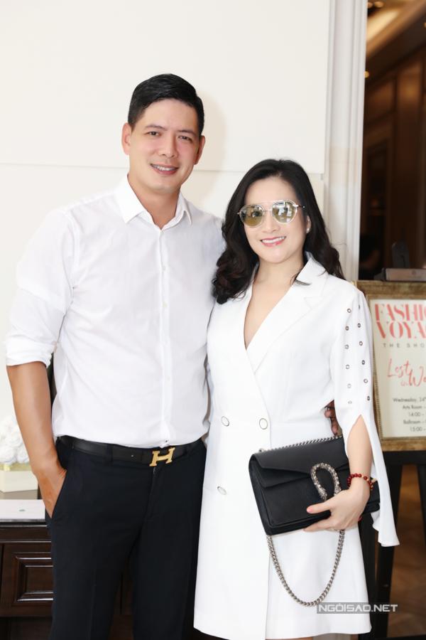 Vợ chồng Bình Minh - Anh Thơ ton-sur-ton trắng đến ủng hộ đạo diễn Long Kan giới thiệu show diễn mới.
