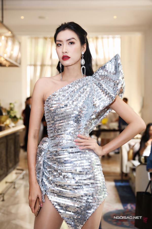 Nguyễn Oanh chọn váy ánh kim tạo khối ấn tượng khi xuất hiện trong buổi giới thiệu fashon show của đạo diễn Long Kan.
