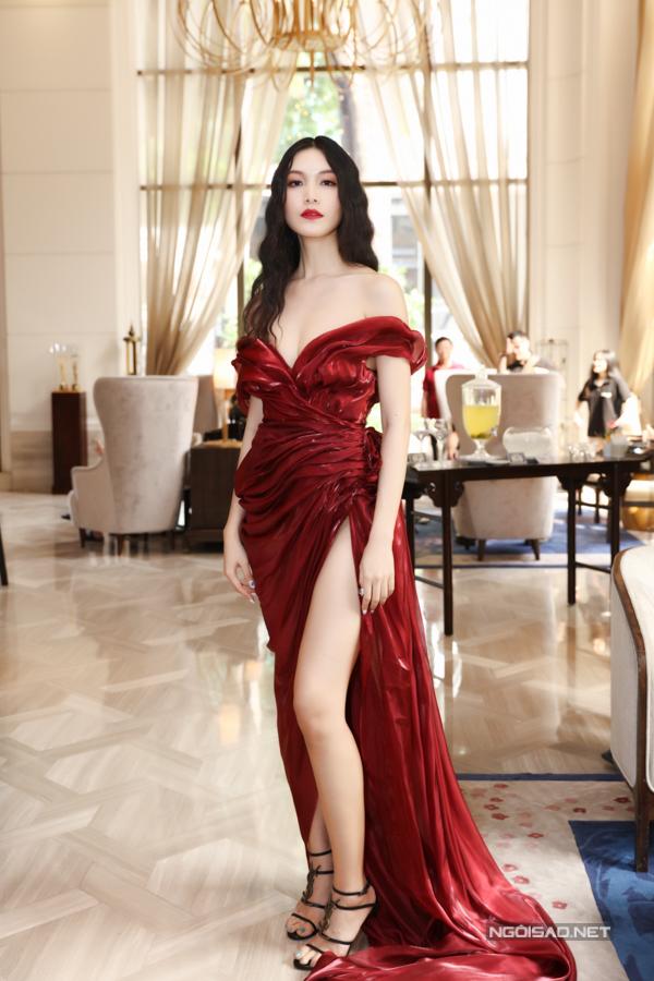 Thùy Dung chọn phong cách sexy với váy dạ hội khoe vai trần và xẻ chân váy bất tận.
