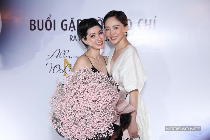 Ca sĩ Tóc Tiên cũng xúc động với sự trở về của đàn chị. Cô ôm bó hoa to tới chúc mừng Nguyễn Hồng Nhung.