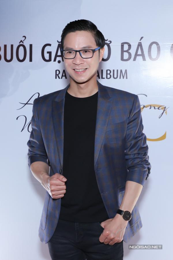 MC Anh Quân cầm trịch buổi họp báo ra album Mộc của Nguyễn Hồng Nhung.