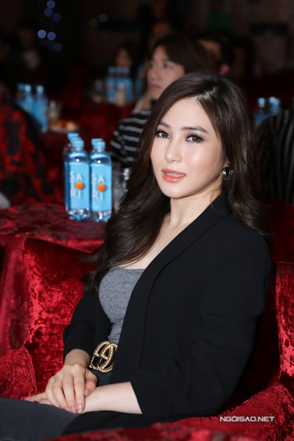 Hương Tràm tiết lộ Nguyễn Hồng Nhung rất nhiệt tình chu đáo. Mỗi lần cô qua Mỹ diễn lại được đàn chị chăm sóc tận tình.