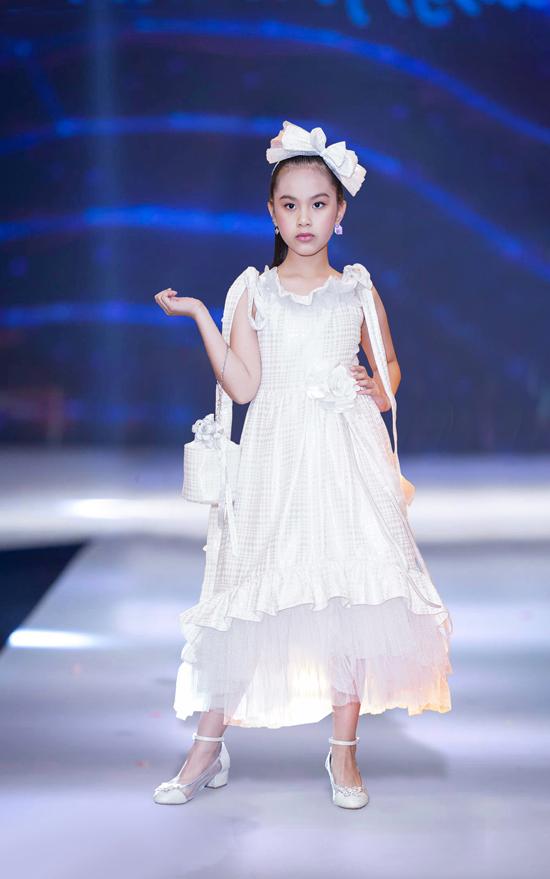 Kết hợp cùng các kiểu váy đầm công chúa là phụ kiện nơ cài đầu, clutch tiệp màu để giúp các bé gái thêm phần đáng yêu khi đi dự tiệc.