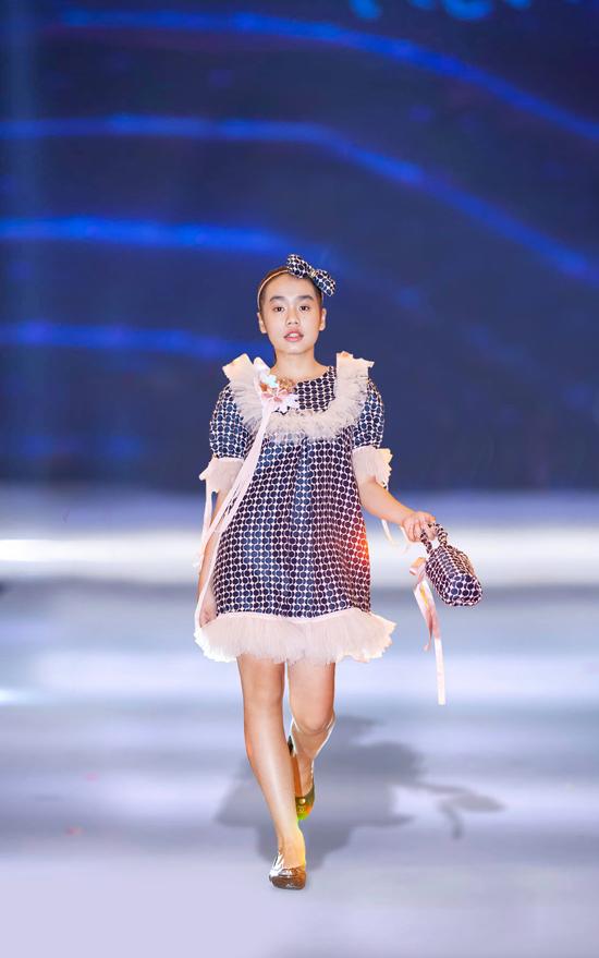 Là thương hiệu được đánh giá cao về dòng thời trang trẻ em, K&K luôn thể hiện sự đầu tư một cách bài bản cho từng bộ sưu tập mới. Cùng với váy áo đúng trend, các phụ kiện đi kèm cũng được nhà mốt đặc biệt quan tâm.