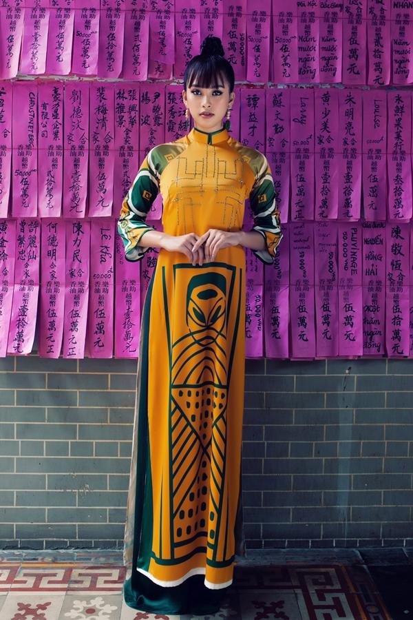 Họa tiết trang phục gợi nhớ loại hình nghệ thuật diễn xướng dân gian miền Trung, được in trên chất liệu lụa và có nhiều màu sắc nổi bật.