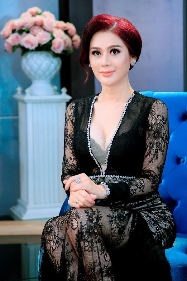 Lâm Khánh Chi tại chương trình Chuyện cuối tuần.