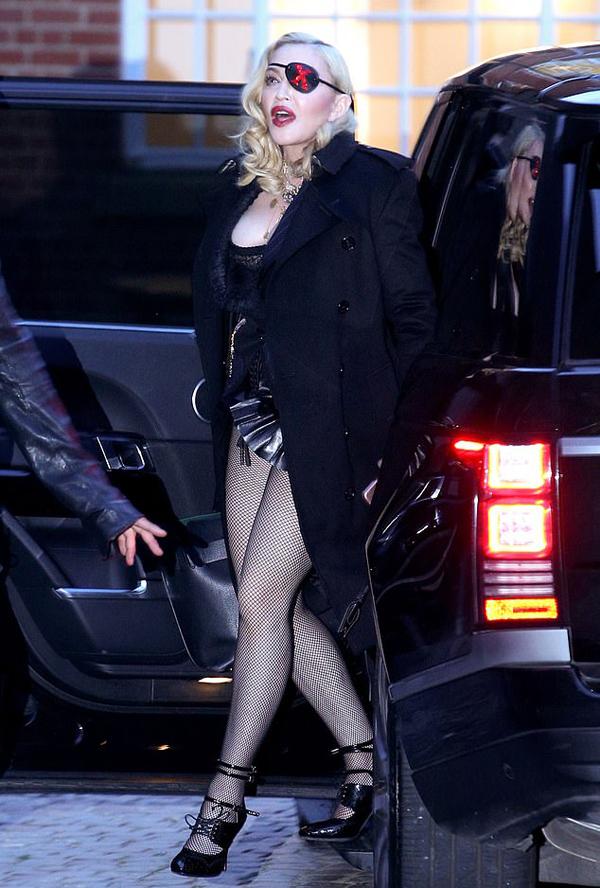 Madonna khoe dáng trong bộ corset và áo choàng khi đến studio của kênh MTV tại London để tham gia buổi trò chuyện trực tuyến với người hâm mộ.